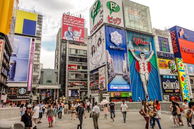Blick auf den Eingang zur Shinsaibashi Shopping Straße in Dotonbori