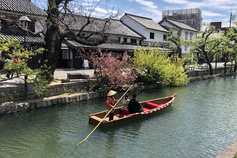 Pärchen auf dem Fluss in Kurashiki