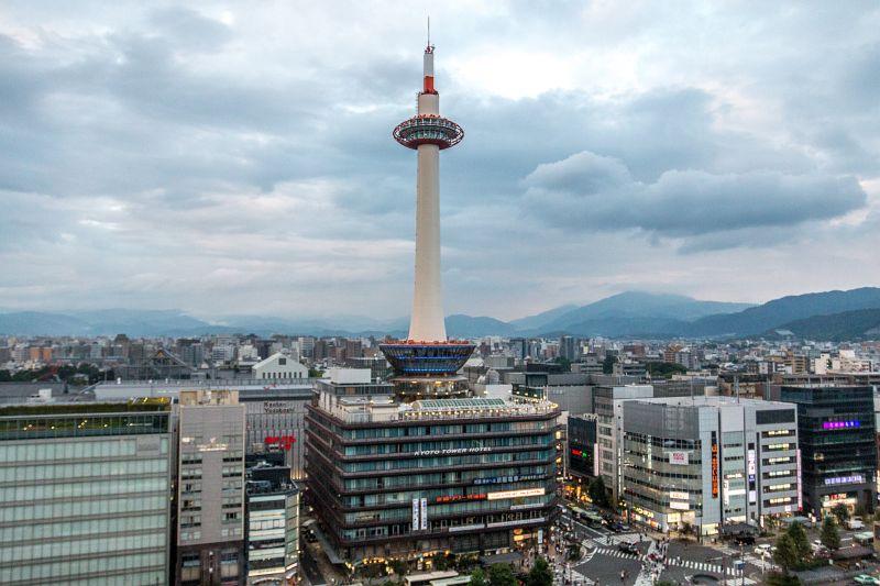 Der Kyoto Tower von der Dachterrasse der Kyoto Station