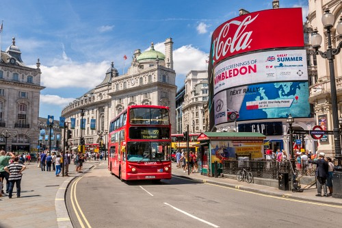 London Piccadilly Circus mit rotem Bus an einem sonnigen Tag