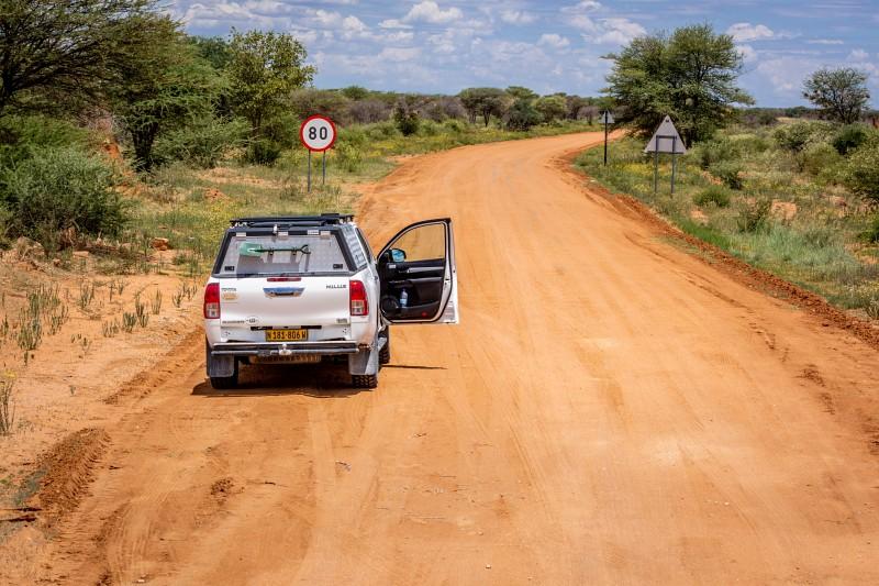 Auf den roten Straßen Namibias mit einem weißen Toyota Hillux