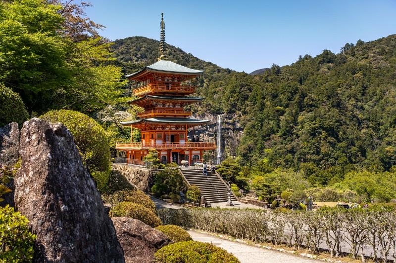 Der Seiganto-ji Temple mit einem Wasserfall