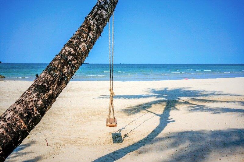Eine Schaukel am Strand von Koh Chang