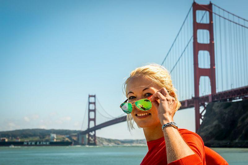 Ein Portrait Foto mit der Golden Gate Bridge im Hintergrund